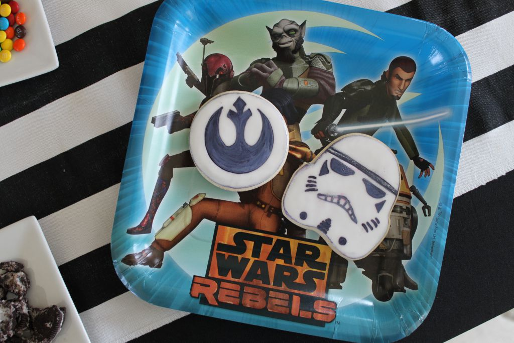 Star Wars Rebel Plates with cookies